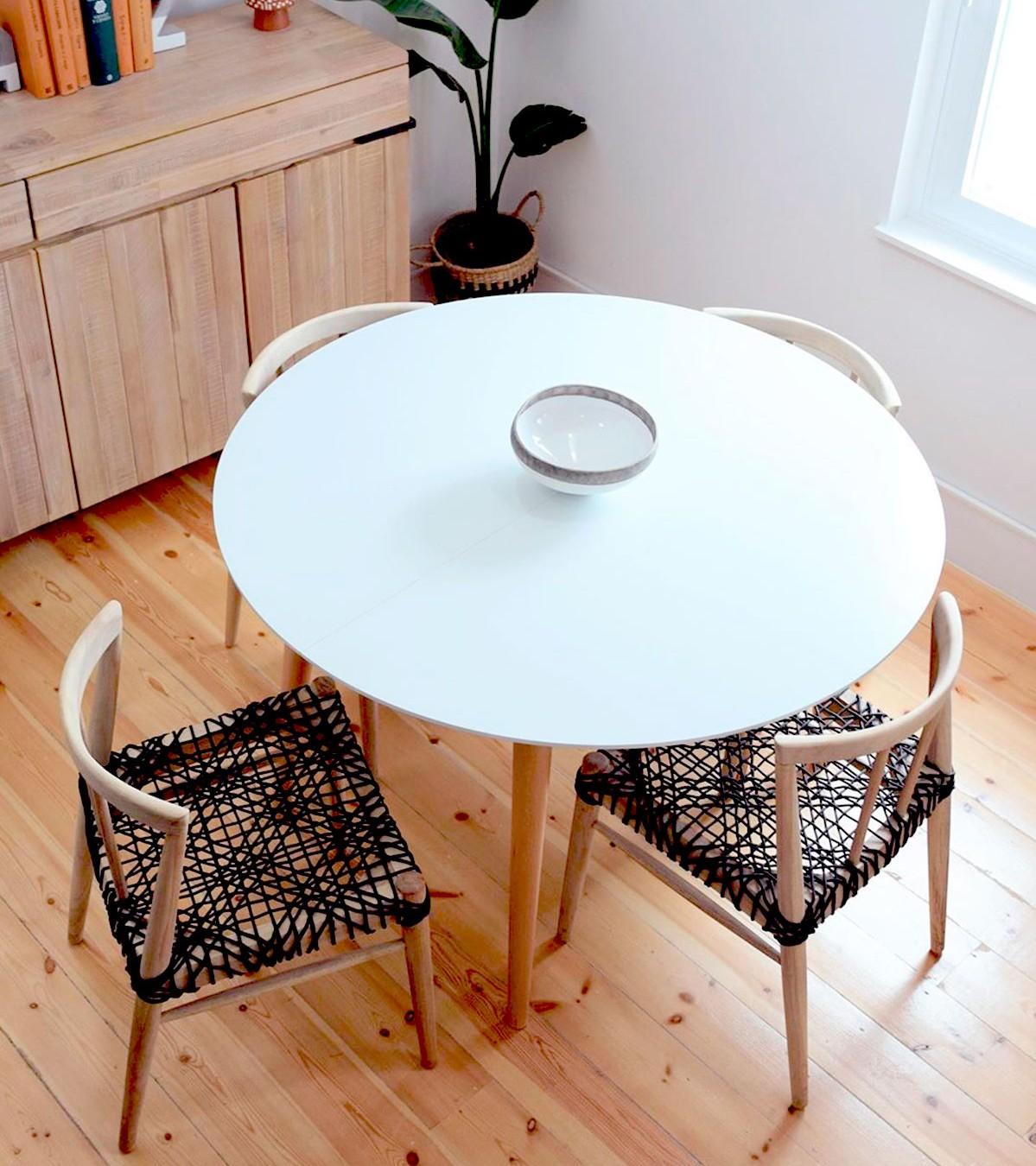 Столовая с функциональной дизайнерской мебелью