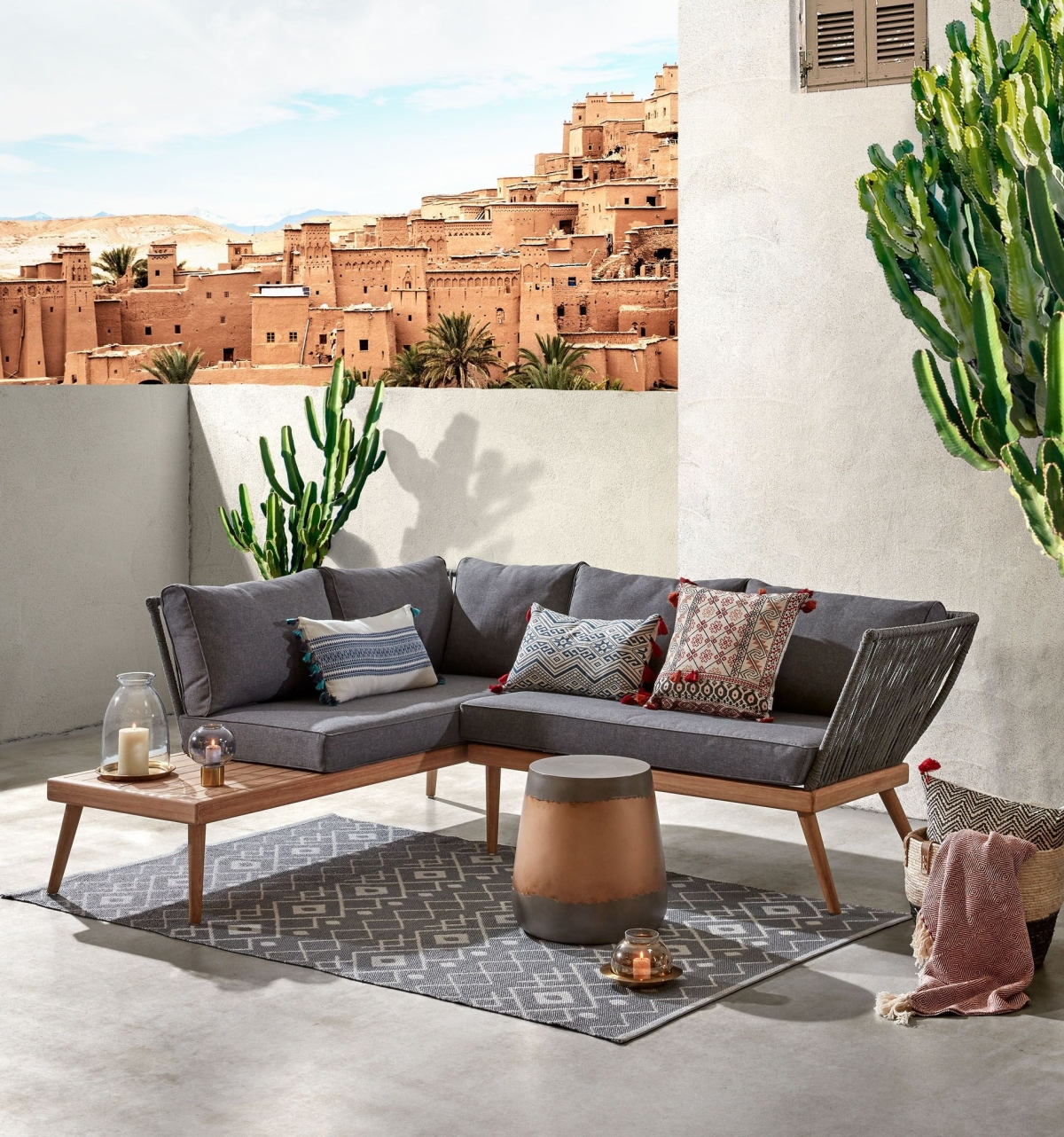 Роскошное оформление террасы комплектом мебели и аксессуаров в этно-стиле