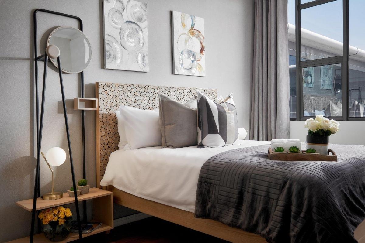 Спальня в светло серых и бежевых тонах