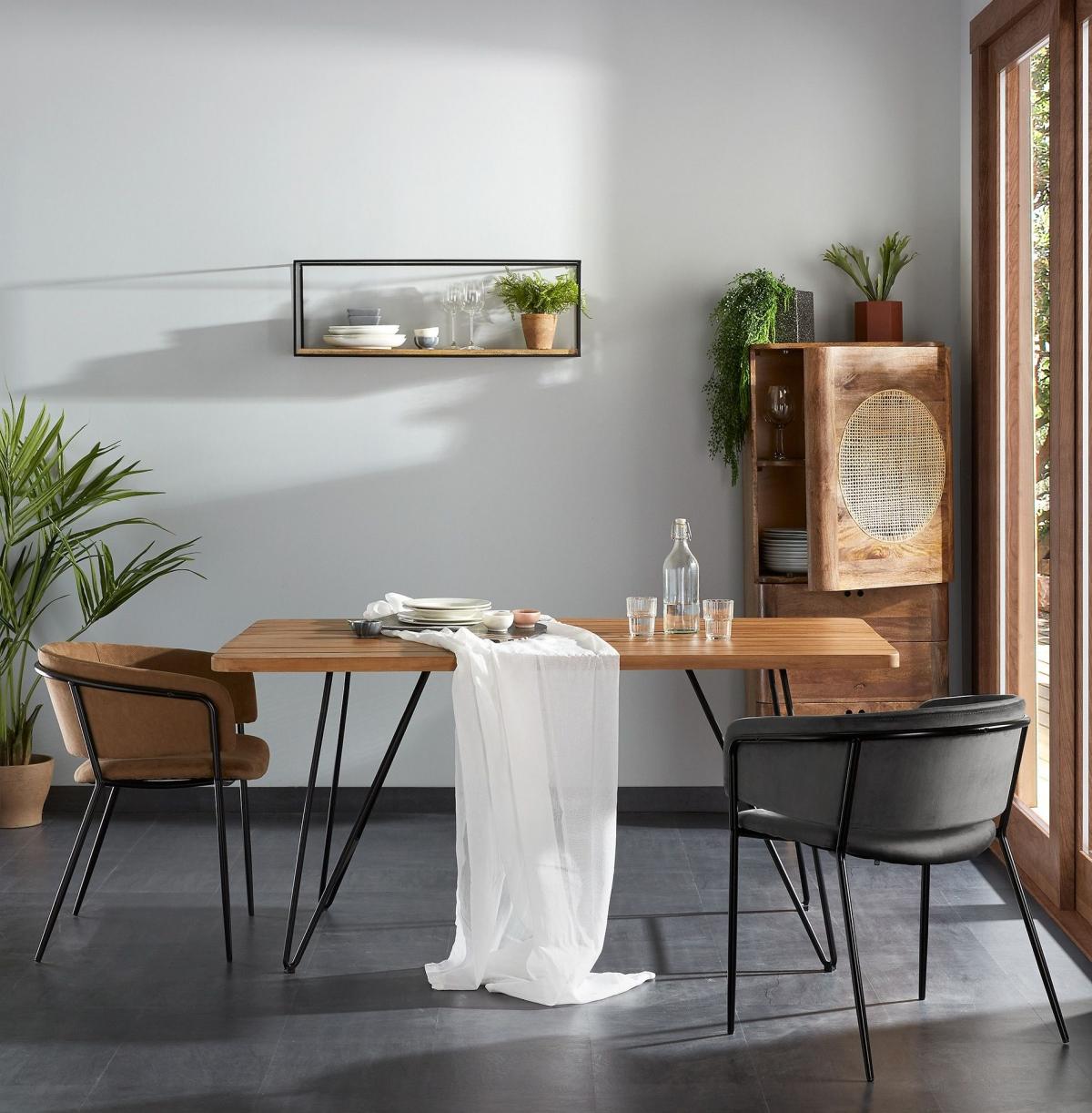 Дерево и метал - залог уютной классической столовой