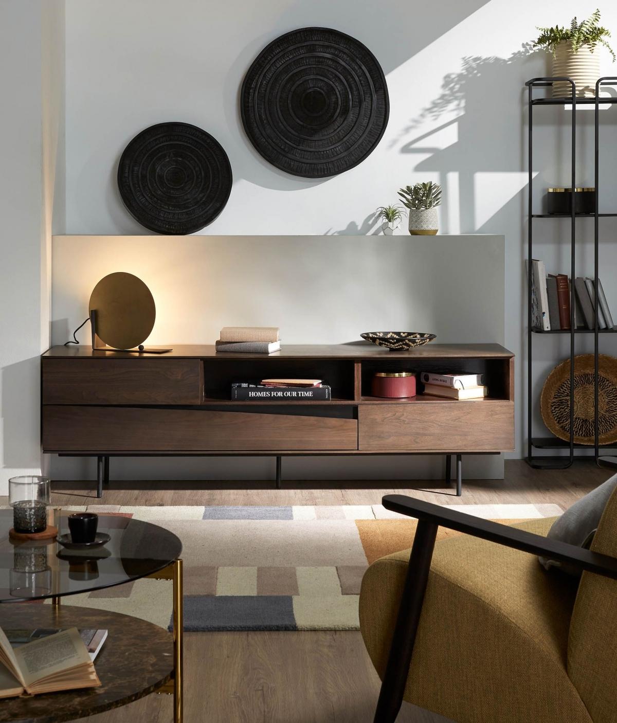 Стильная гостиная комната с интересным дизайнерским сочетанием