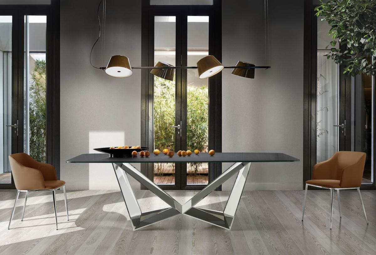Интерьер большой гостиной с дизайнерской мебелью