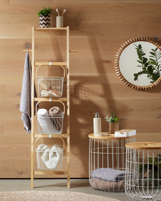 Компактный уголок для хранения в экономичном интерьере ванной комнаты