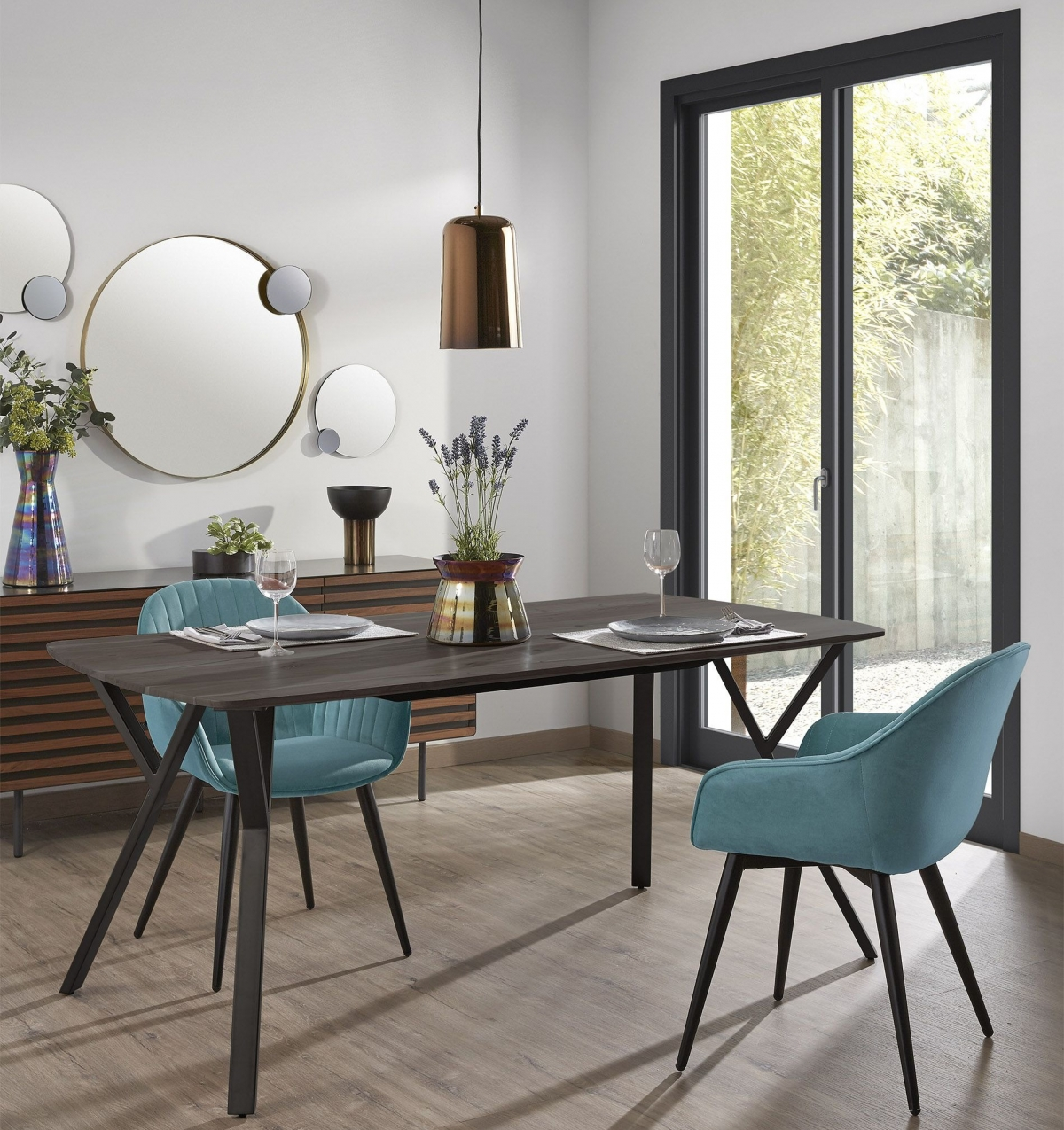 Стильный интерьер с лаконичными декоративными элементами.