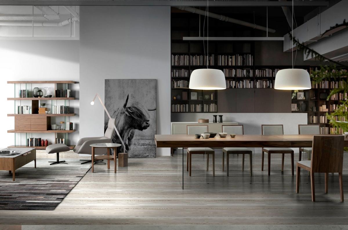 Роскошный интерьер гостиной с большим столом и зоной отдыха