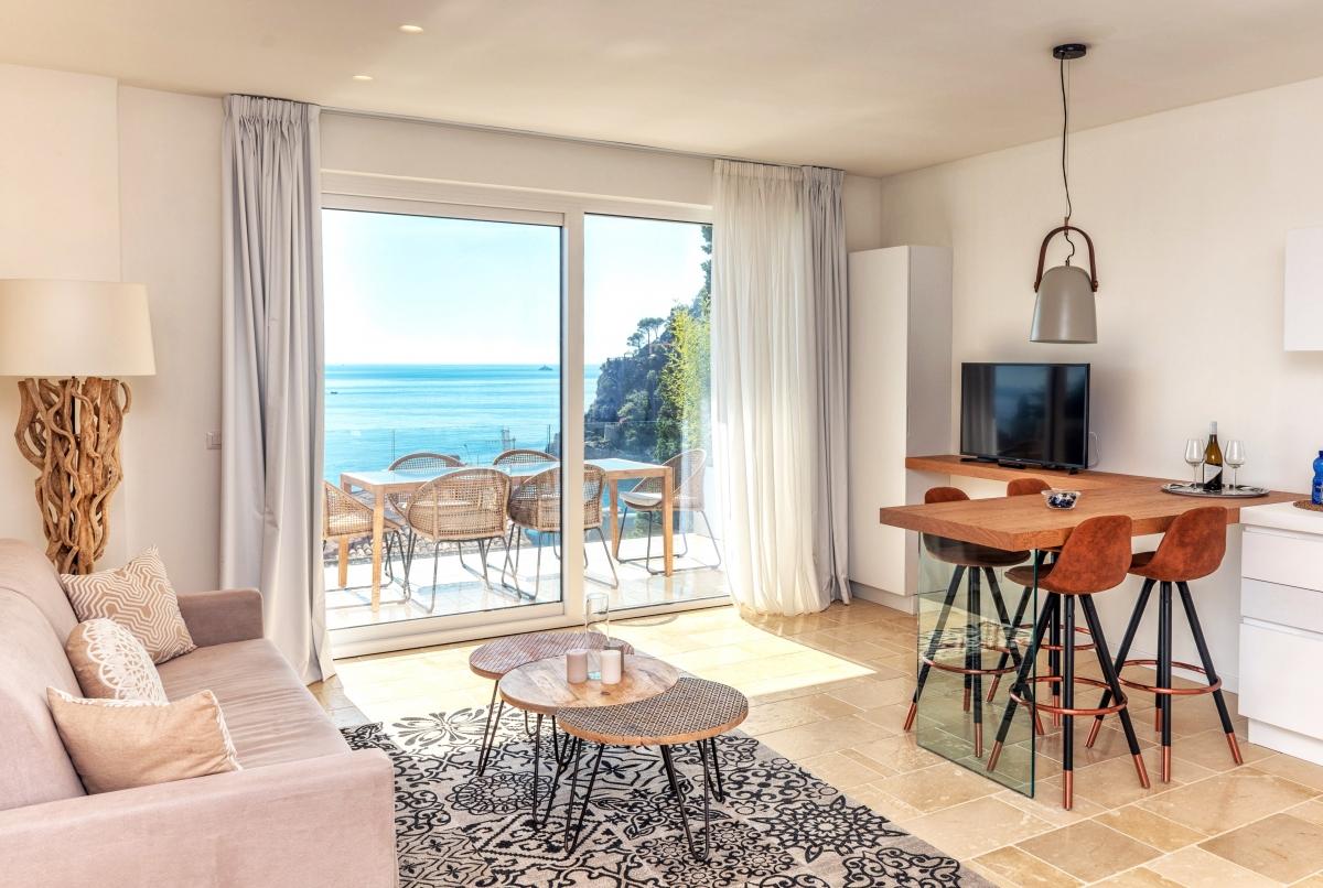 Интерьер гостиной и террасы с видом на море