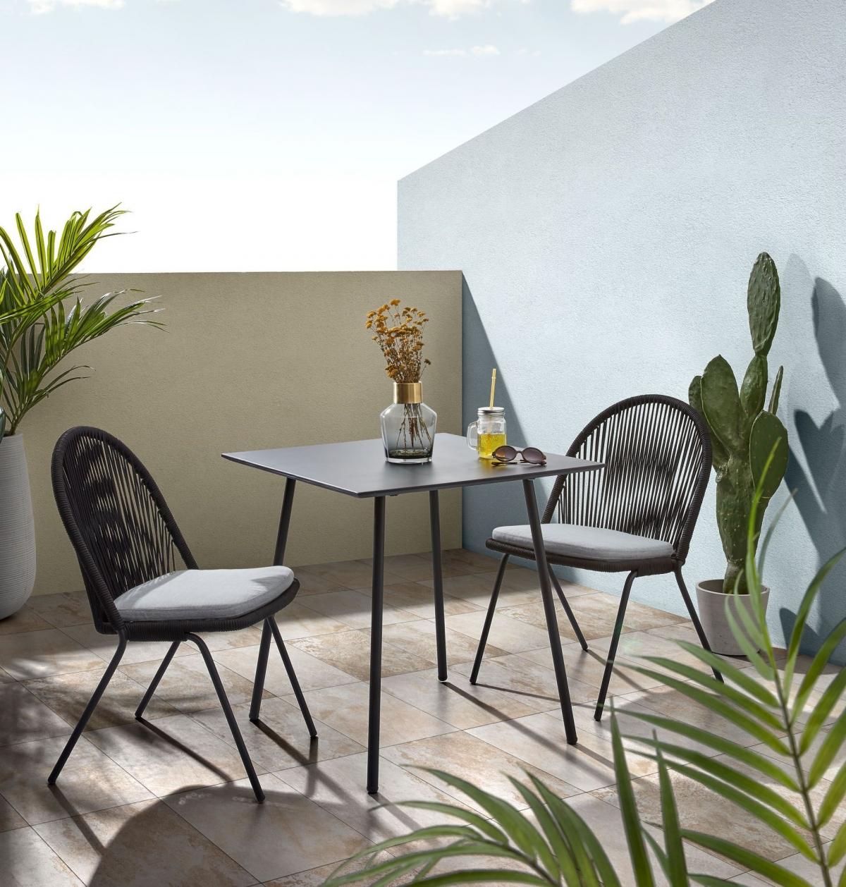 Дизайн лоджии с монументальной мебелью