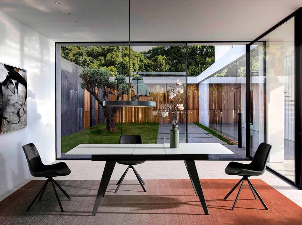 Дизайн столовой с большим столом и панорамными окнами