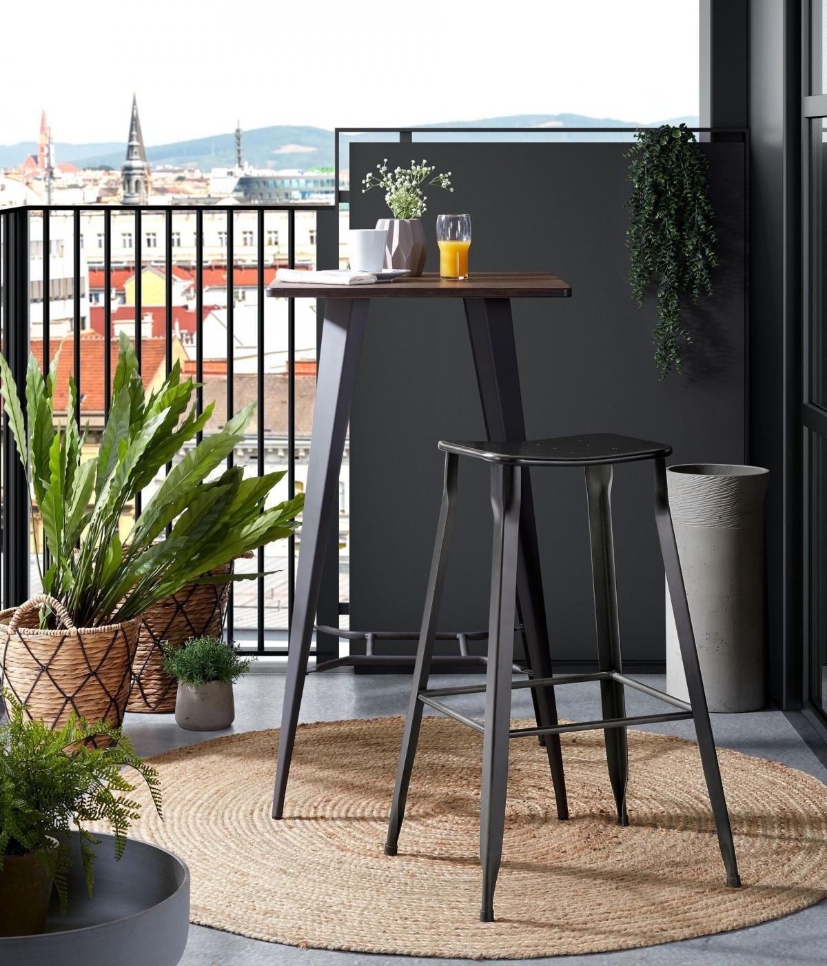 Актуальный и практичный интерьер балкона с барным столом и табуретом