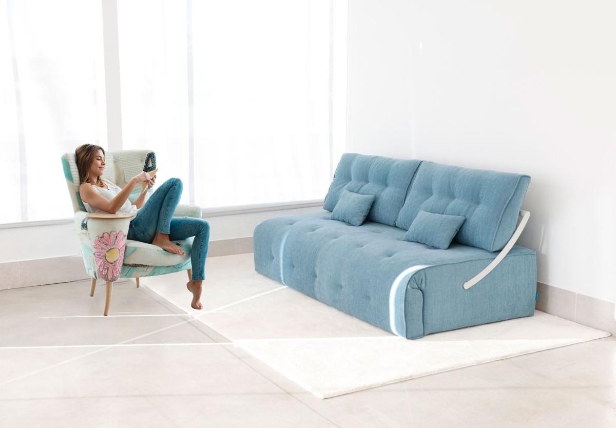 Большая гостиная с минимальным количеством мебели