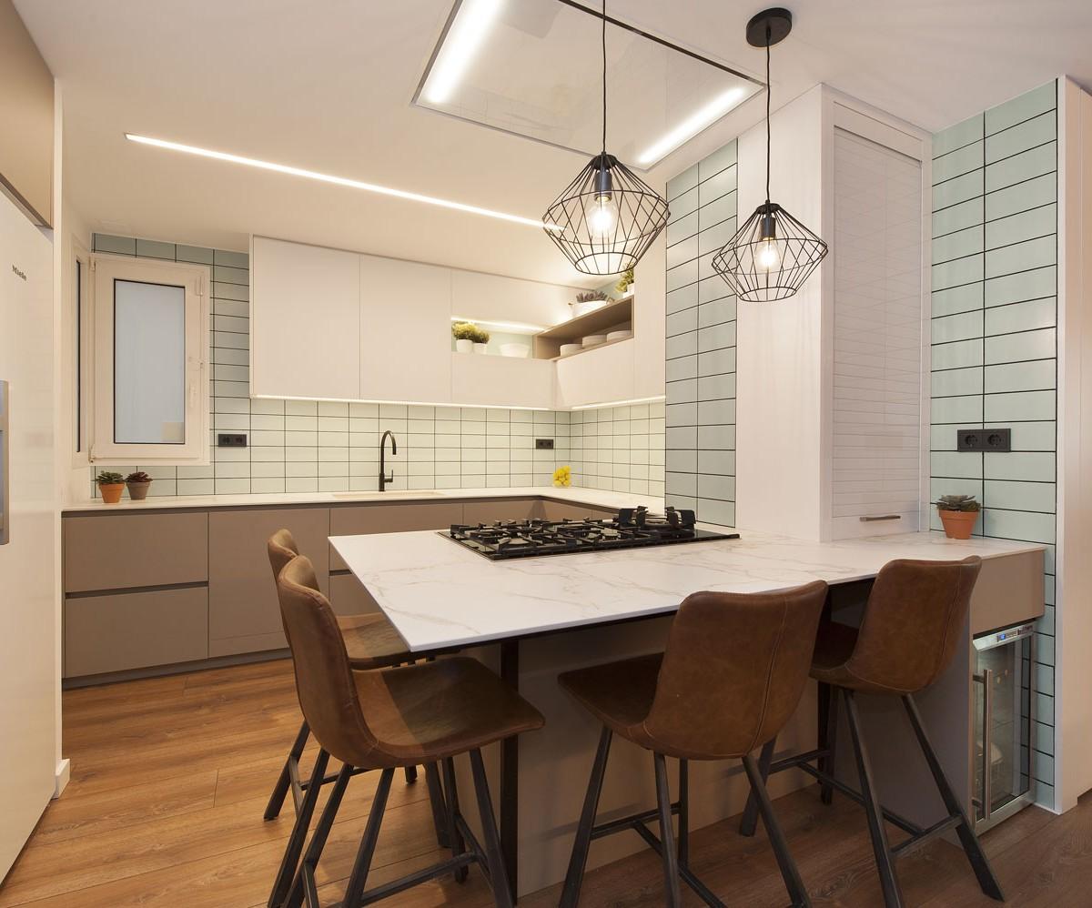 Интерьер кухонного островка с полубарными стульями