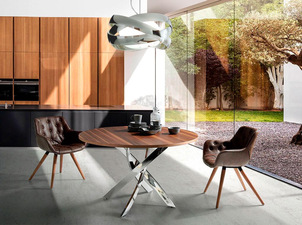 Солидная столовая с панорамными окнами
