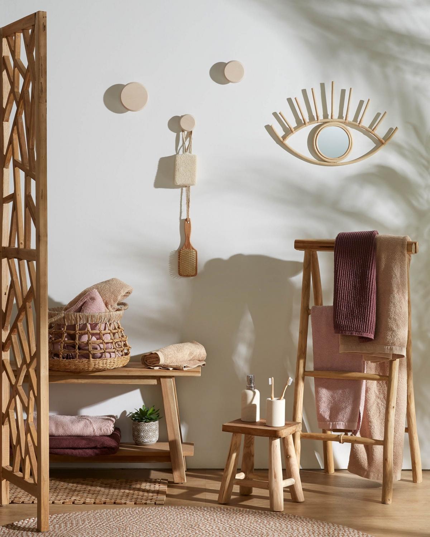 Ванная комната c оформлением интерьера деревянными элементами