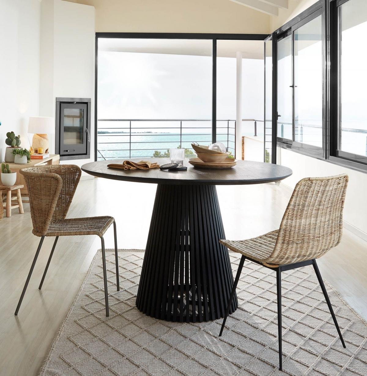 Тропический колорит и роскошь в дизайне модного обеденного уголка для большой гостиной