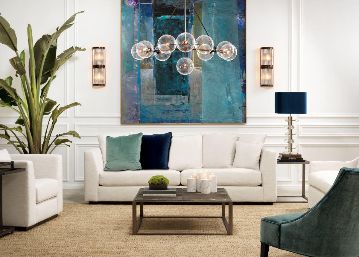 Светлая гостиная с контрастными деталями